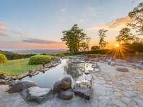 【露天風呂・女湯】草原の彼方に夕日が・・。露天から見る大自然。感動の一瞬です!