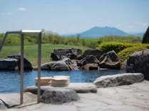 【露天風呂・男湯】阿蘇・根子岳を草原の向こうに望む・・。