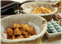 朝食のパンは日替わりでクロワッサンや胚芽パンなど2種類ございます。