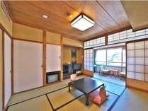 【和室8畳】白樺ホテルは全室阿多野向きで、全室から温泉街の景色を。