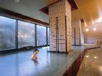 *【大浴場】外の大自然に映える、清流を思わせるかのような無色透明な湯に心から温々と癒されるひととき。