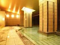 【大浴場】外の大自然に映える、清流を思わせるかのような無色透明な湯に心から温々と癒されるひととき
