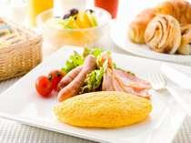 毎朝シェフがお客様の目の前で黄金色のふわふわオムレツを焼き上げます。