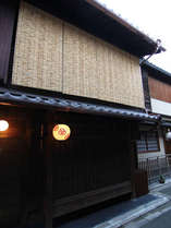 祇園宮川町の提灯が灯る外観。元お茶屋の風情が漂います。