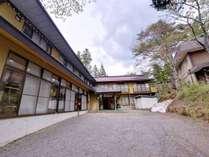 """*パワースポット""""戸隠神社""""が目の前に佇む当館。名物""""戸隠蕎麦""""もいただける宿坊で心休める休日を。"""