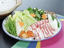 *鍋一例/飯山産ブランド肉みゆきポークを使用したお鍋。お肉の甘味が口いっぱいに広がります♪