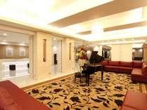 フロントロビー「ピアノの音色でお客様をお迎えいたします」