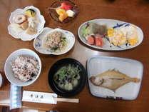 旬の素材を使った家庭的な朝食。宍道湖産のしじみ汁。