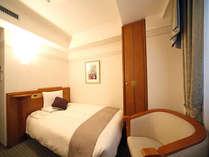 【スタンダードシングル/約15平米】ベット幅130cm。※一部120cm幅ベッドのお部屋もございます。