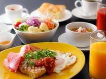 【朝食】お肉の盛り合わせプレートと、野菜と雑穀の食べるスープのご朝食