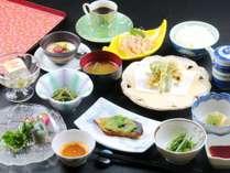 ○夕食 地場産の旬の食材盛りだくさんの品々が並びます