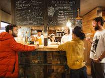 カフェは朝8時からオープン。焼き立てのパンやサンドイッチと一緒に自家焙煎の珈琲をどうぞ♪