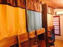 バンクベッドドミトリー(MA)は多国籍な旅人が集まるお部屋。カーテンはしっかり閉まって遮光性たっぷり♪
