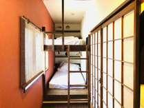 二段のキャビンベッドのツインルーム。お部屋は小さいサイズですがベッドはとても広くご利用いただけます。