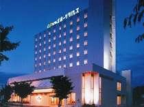 ☆ホテル外観☆ 2001年オープン。市内中心部に位置し高台に建つホテル。バスターミナルが隣接。