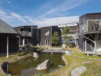 中庭から和室を望む。心安らぐ日本書院風の造りとなっています