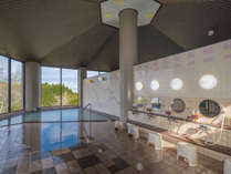 【じんのびの湯】日本海を望む大きな窓の大浴場。日替わりで男女入れ替えとなります。