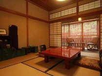 昔ながらの造りで落ち着ける和室客室