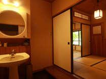 ゆったり和室10畳『芦名の間』は、コンパクトながらも癒される空間。