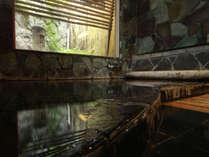 女湯*内湯 外のコンパクトな借景を眺めながら、体の調子を整える至福の時間