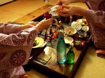 囲炉裏での郷土料理にお酒も進みます。自由気ままに、お気に入りのお酒をお飲みください。