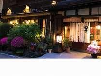 四季によって玄関先の雰囲気も変わって見えます。