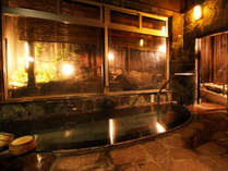 男湯*内湯 外のコンパクトな借景を眺めながら、体の調子を整える至福の時間