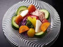 芦名の有機野菜サラダ一例。ごろりとカットされ、瑞々しい食感がたまらない