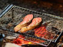 いろり炭火での焼きたてが美味しい、朝の焼き鮭。