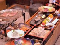夕食風景一例。盃を交わし、いろり炭火を交えながら芦名の料理をお楽しみください。