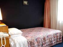 ■エコノミーセミダブル(15.7平米)120センチのベッド、26インチ液晶TV完備。