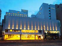 ザ クラウンパレス新阪急高知はJR高知駅から車で5分、高知城までは徒歩5分の立地。