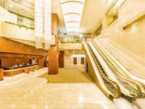 ≪エントランス≫天井が高く、開放的な明るい雰囲気のロビーで皆様をお迎えいたします。