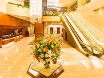 ≪ロビー≫天井が高く、開放的な明るい雰囲気のロビーで皆様をお迎えいたします。