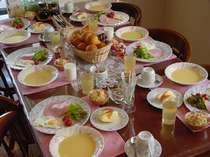 朝食の一例。手作りパンや自家製ジャム・ジュ-スを味わって下さい。