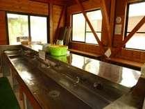 炊事場。食器の洗い物などはこちらの施設でお願いします。