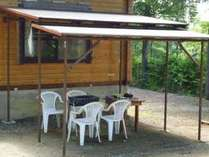ロッジに併設しているお庭。テラス屋根の下でバーベキューが出来るので涼しくて気持ちいい♪