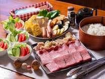 プレミアムプランの夕食一例。信州プレミアム牛&信濃鶏の炭火焼き。