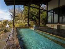 ゆったり入浴できる景観見事な露天風呂(「pH9」を越えるアルカリ性単純泉、源泉は地下1000m)