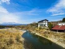 鬼怒川河畔の本館と露天風呂(赤い屋根があるので、天候を気にしないで寛げます。)