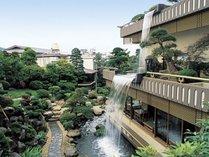 金城館自慢の庭園と五葉館の滝