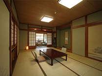 湯原館客室一例(すべてのお部屋から眼下に犬鳴川をご覧いただけます)