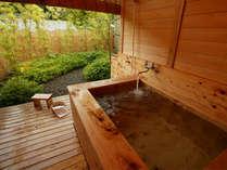 露天風呂付客室山茶花(さざんか)の桧風呂