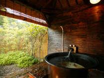 露天風呂付客室「つつじ」の五右衛門風風呂