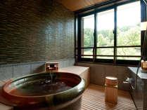 モダン和室の展望風呂は信楽焼の湯船 緑豊かな景色がご覧いただけます