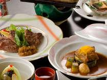 二種の牛肉料理はステーキと、デミソースの煮込みに