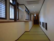 湯原館…畳敷きの廊下は裸足でも気持ち良いです