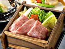 黒木料理長が厳選した九州産の牛ロースと春野菜のせいろ蒸し。