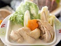 博多を代表とする料理と言えばズバリ「水炊き」。名物の華味鶏のプルプル食感をお愉しみください。