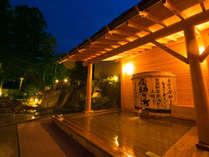 ◆湯乃禅の里(露天、男湯)◆ 高さ150cmの大きな酒樽が置かれ、そこからお湯が湧き出ています。